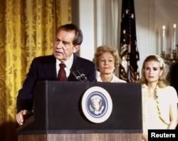 Ричард Никсон с женой и дочерью прощаются с сотрудниками Белого дома 9 августа 1974 г.