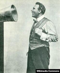 Федор Шаляпин записывается на граммофонную пластинку. 1913