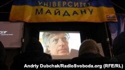 """Дейвід Саттер під час представлення його фільму """"Age of Delirium"""" в «Університеті Євромайдану», Київ, 24 грудня 2013 року"""
