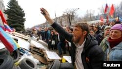 Проросійські активісти у Луганську, 14 квітня 2014 року