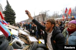 Проросійський мітинг у Луганську. Квітень 2014 року