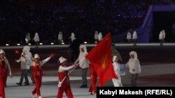 Сочи Олимпиадасынынын ачылышында Кыргызстандын желегин бул оюнга катышып жаткан жалгыз спортчу Дмитрий Трелевский көтөрүп баратат. 7-февраль.