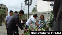 Несмотря на непогоду, молодежь шеренгой отправилась в центр города, к памятнику погибшим во время войны