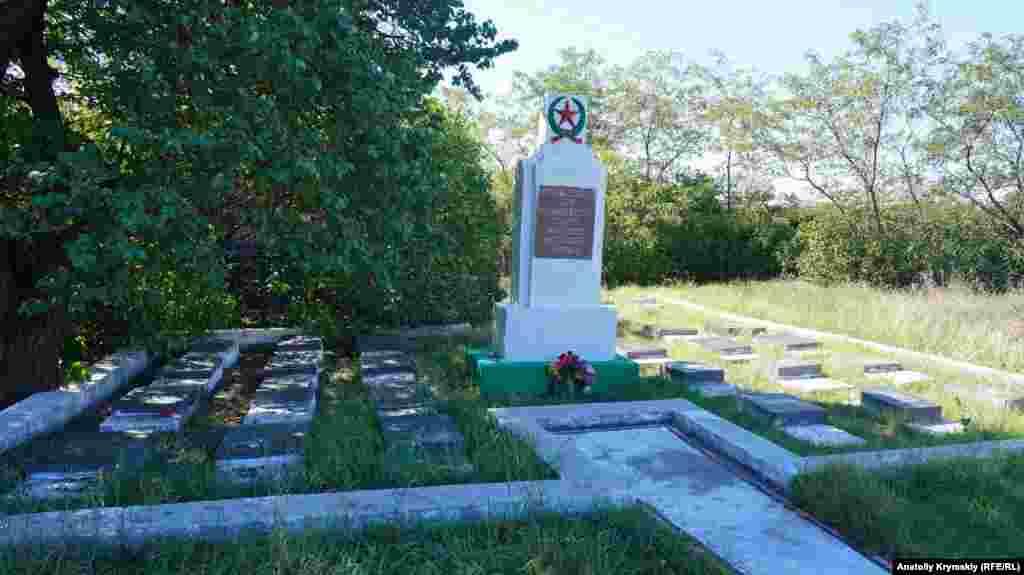 Меморіал – це поховання радянських воїнів, які померли від ран у Сімферопольському госпіталі в 1944 році. Стела меморіалу помітно похилилася. Ще кілька військових братських могил можна знайти в глибині кладовища