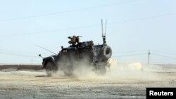 Американский бронетранспортер недалеко от базы в Мосуле.