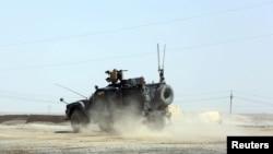 Американский бронетранспортер недалеко от базы в Мосуле