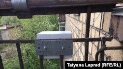Датчик, закрепленный на балконе жилого дома