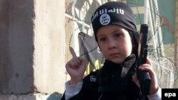Mosulda İslam Dövlət yaraqlılarının əlinə silah verdiyi azyaşlı uşaq