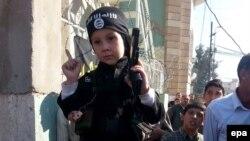 Иракcкий ребенок, одетый как боец ИГ, 13 ноября 2014 года.
