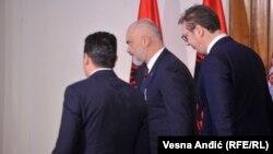 Presidenti i Serbisë, Aleksandar Vuçiq(djathtas), kryeministri i Shqipërisë, Edi Rama, dhe kryeministri i Maqedonisë së Veriut, Zoran Zaev(majtas).