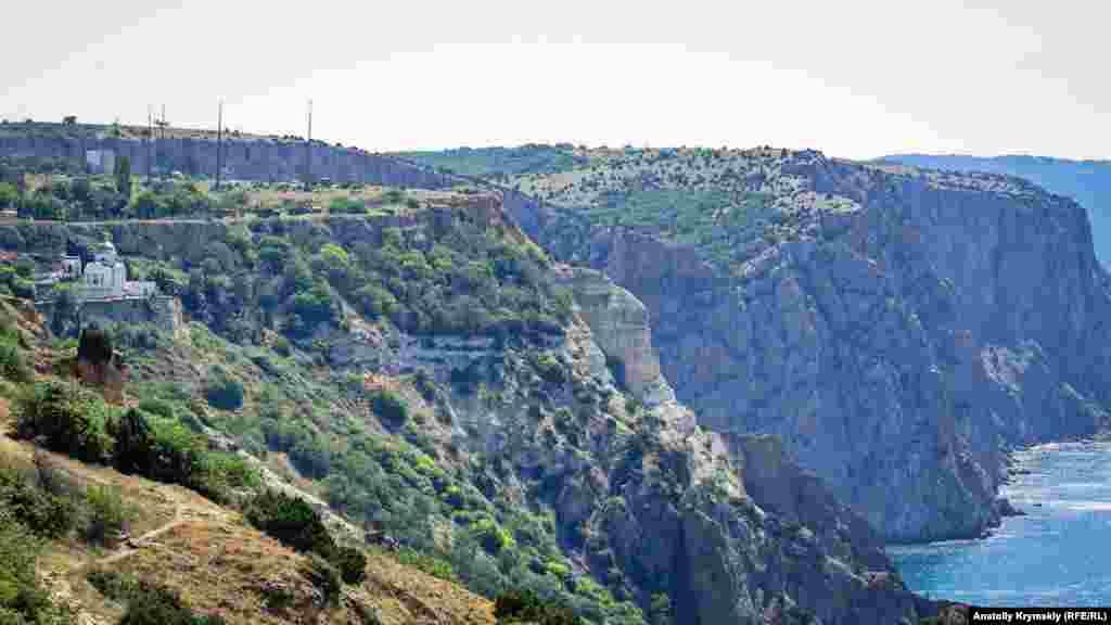 Монастир видно здалеку – з туристичної стежки. Там розташований печерний храм Святого Георгія, заснований в X столітті