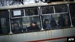Пасажири їдуть в автобусі у Донецьку. Листопад 2014 року