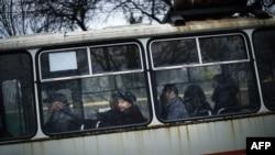 Люди едут в автобусе в Донецке. Ноябрь 2014 года