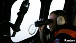Ինդոնեզիայի Ազգային որոնողա-փրկարարական գործակալության թիմը AirAsia-ի անհետացած օդանավի որոնողական աշխատանքների ժամանակ, 7-ը հունվարի, 2014թ.