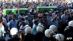 На похоронах погибших при взрыве в Суруке, 20 июля 2015 года.