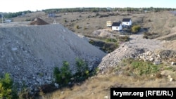 Терриконы строительного мусора, которым засыпали одно из ответвлений Лабораторной балки в Нахимовском районе Севастополя