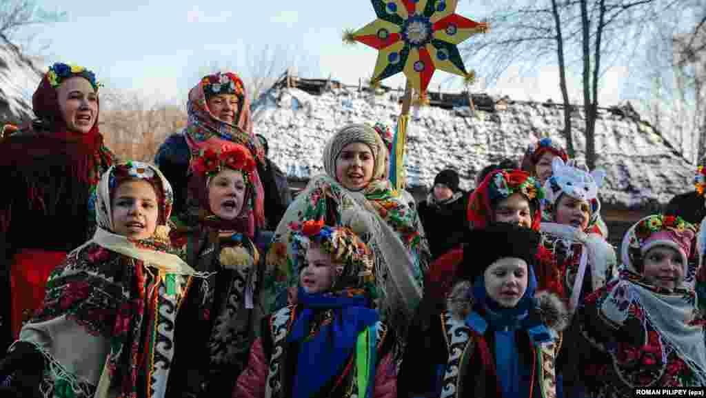 Українські діти в традиційному одязі співають колядки в селі Пирогово під Києвом