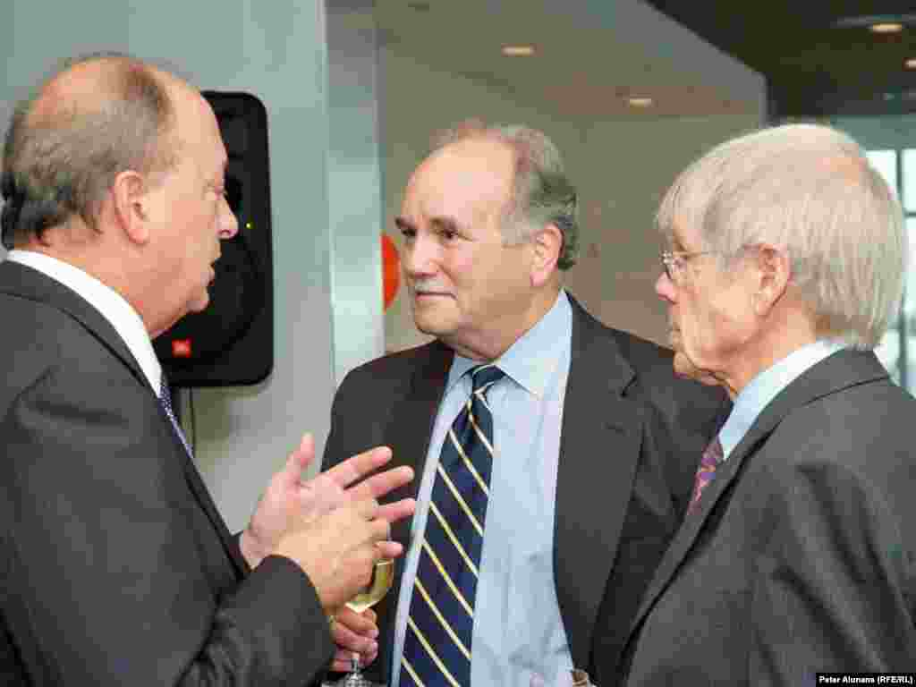 Former BBG Governor Jeffrey Hirschberg (l) speaking with current BBG Governor Enders Wimbush (c) and former RFE Director Ross Johnson, at RFE's 60th anniversary reception in Washington, DC.