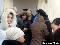 """Очередь за хлебом. Жанаозен,18 декабря 2011 года. Фото Елены Костюченко, """"Новая газета""""."""