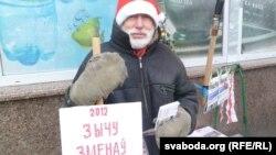 Вядомы віцебскі актывіст Барыс Хамайда на сваім заўсёдным месцы ля «сіняга дому».
