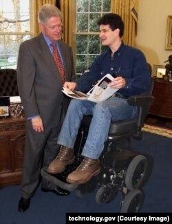 """Изобретатель """"умного"""" инвалидного кресла ibot Дин Кеймен с президентом США Биллом Клинтоном. 2000 год"""