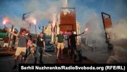 Фальшфаєри, блогери і кричалки: як на майдані збиралися проти Шарія та Клюєва – фоторепортаж