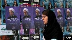Іранська жінка йде повз агітаційні плакати чинного президента Хассана Роугані, Тегеран, 18 травня 2017 року