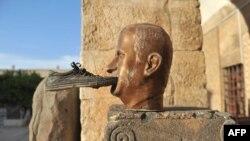 Сирияның бұрынғы президенті Хафез Асадтың мүсініне аяқ киім тістетіп кеткен. 17 қазан 2012 жыл. (Көрнекі сурет)