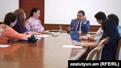 Ֆինանսների նախարարության պետական գնումների մեթոդաբանության վարչության պետ Սերգեյ Շահնազարյանը զրուցում է լրագրողների հետ