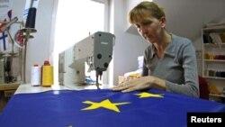 Šivenje zastave EU u jednoj radionici u Beogradu, 13. oktobar 2011