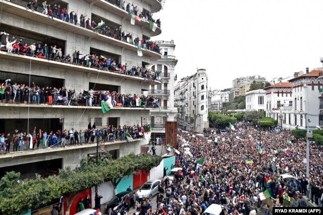 تظاهرات هزاران تن از مخالفان بوتفلیقه در روز هشتم مارس در الجزیره