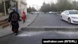 Aşgabadyň häkimiýetleri ilat tarapyndan sökülen germewleriň deregine täzelerini oturdýar