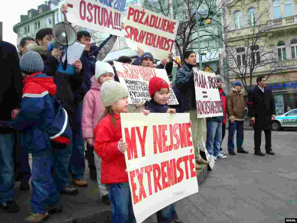 Дети беженцев держат транспаранты с требованиями - Власти Чехии в своих решениях об отказе в предоставлении статуса международной защиты утверждают, что именно этим последователям незарегистрированной фундаменталистской исламской общины ничто в Казахстане не угрожало, что случаи преследований со стороны спецслужб можно отнести к отдельным фактам злоупотребления служебными полномочиями и вымогательства взяток, что наблюдается порой и в развитых демократических странах.