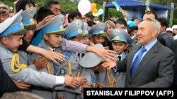 Қазақстан президенті Нұрсұлтан Назарбаев кадет мектебінің шәкірттері алдында тұр. Семей, 18 маусым 2009 жыл.