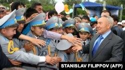 Нурсултан Назарбаев, подавший в отставку с поста президента Казахстана, в 2009 году во время встречи с кадетами в Семипалатинске.