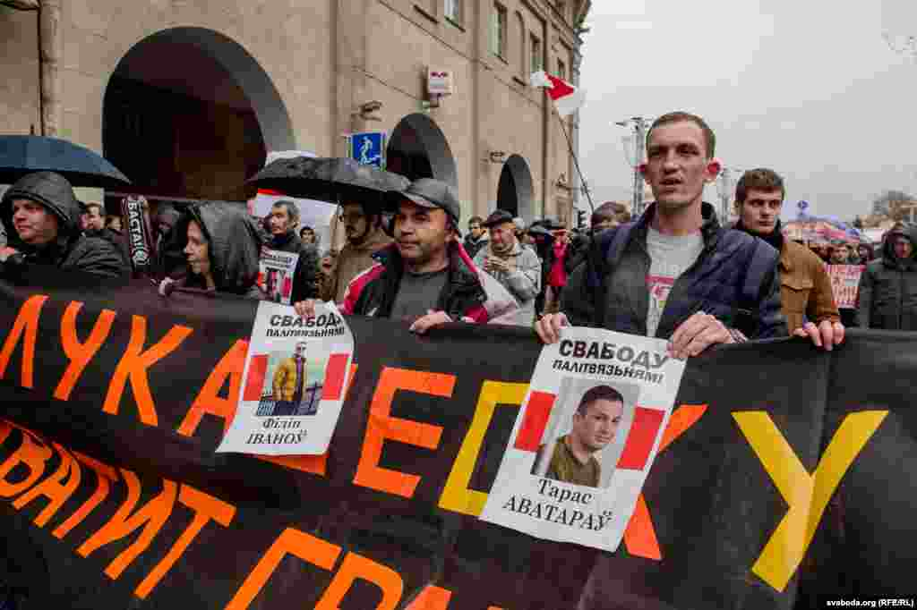 После митингов в Минске и регионах в феврале и марте президент Беларуси Александр Лукашенко приостановил действие закона. Протестующие намерены добиваться полной отмены сбора.