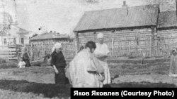 Медперсонал обучает огородничеству женщин-хантыек, 1929 год