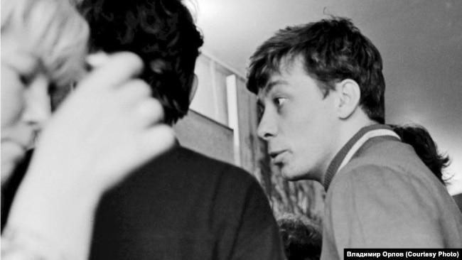 Сергей Чудаков на выставке неофициального искусства. Москва. 1969 год. Фото Игоря Пальмина
