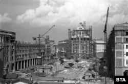 Строежът на Партийния дом, сградата на Министерския съвет (вляво) и тогавашната сграда на Министерството на енергетиката, днес - Президентството (вдясно). Началото на 1950-те