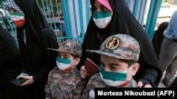 Избирательницы с детьми на одном из участков для голосования. Тегеран, 18 июня 2021 года