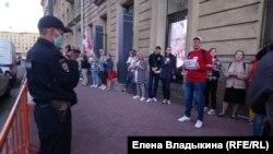 Владимир Драгун во время поздравления Сергея Тихановского у консульства Белоруссии в Петербурге