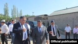 Президенттин Баткен облусундагы ыйгарым укуктуу өкүлү Абдыкерим Алимбаев менен Тажикстандын Согди облус губернатору Ражоби Ахмотзода. 1-июнь, 2021-жыл.