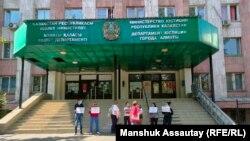 Қалалық әділет департаменті алдында пикет жасап тұрған борышкерлер. Алматы, 21 қыркүйек 2021 жыл.