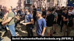 Підтримати колишніх бійців під суд прийшли близько 100 людей, які вважають процес свідченням реваншу проросійських сил, Київ, 29 липня 2020 року
