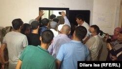 Люди, пришедшие на суд над бывшими полицейскими. Шымкент, 13 июля 2018 года.
