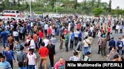 طلبة مؤيدون للاخوان يحاولون تعطيل الدراسة في جامعة الازهر