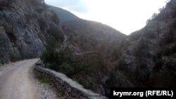 Горная дорога в Крыму. Иллюстрационное фото