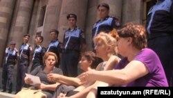 33-րդ թաղամասի բնակիչները կառավարության շենքի մոտ բողոքի ակցիա են անցկացնում, 8-ը հուլիսի, 2015թ