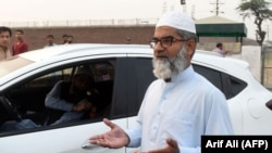 Amin Ansari, whose 7-year-old daughter was found raped and murdered, leaves the Kot Lakhpat Jail in Lahore on October 17 following the execution of Imran Ali, who was convicted of the crime.