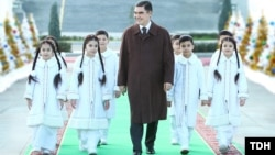 Türkmenistanyň prezidenti Gurbanguly Berdimuhamedow Täze ýyl arçasynyň ýanyndaky dabara gatnaşdy. 28-nji dekabr, 2018 ý. TDH-nyň suraty